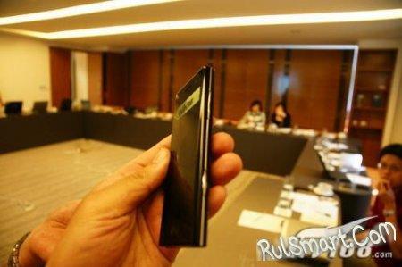 LG BL40 демонстрирует камере свой тонкий корпус